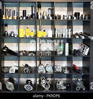 Pièces détachées pour camions voitures dans la boutique Banque D'Images