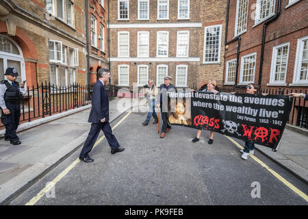 Jacob Rees-Mogg et sa famille sont confrontés à des manifestants anti-capitaliste à partir de la guerre de classe de groupe d'activiste à l'extérieur de sa maison de Westminster. Londres, Royaume-Uni. Banque D'Images