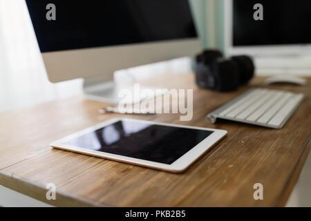 Photo de l'office de bureau avec ordinateur tablette et autres accessoires Banque D'Images
