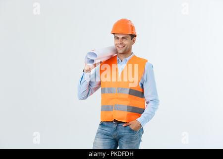 Jeune ingénieur professionnel avec le plan directeur, isolated on white