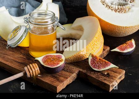 Melon frais, miel et figues. Collations aux fruits. selective focus Banque D'Images