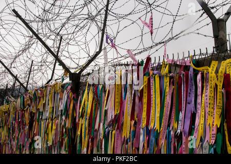 Rubans de prière à l'Imjingak Pont de la liberté, à Paju Corée du Sud près de la zone démilitarisée séparant la Corée du Nord. Banque D'Images