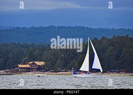 Un voilier profitant de la croisière du vent le long de la rive près de Point jaune sur l'île de Vancouver, British Columbia Canada Banque D'Images