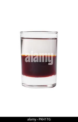 Cocktail en couches multicolores, avec verre transparent et verre coloré, alcoolique, vue latérale isolée sur fond blanc Banque D'Images