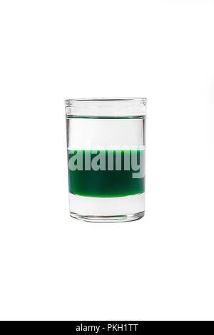 Cocktail en couches multicolores, avec verre transparent et verre de couleur avec saveur de menthe, l'absinthe, alcoolique, vue latérale isolée sur fond blanc Banque D'Images