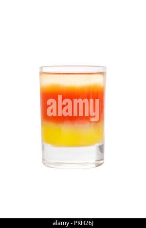 Cocktail en couches multicolores, avec verre transparent et verre coloré, avec le goût de tomate, citron, alcoolique, side view isolated white Banque D'Images