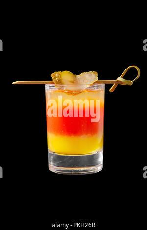 Cocktail en couches multicolores, avec verre transparent et verre coloré, alcoolique, avec le goût de tomate, citron, concombre, salé brochettes avec sid Banque D'Images