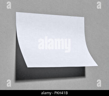 Une note papier collage sur mur à l'ombre. Banque D'Images