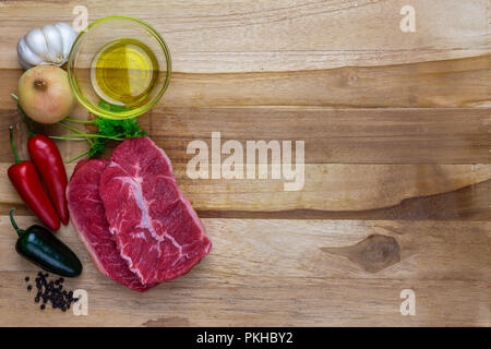 La viande rouge sur un plateau en bois