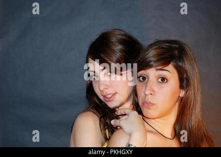 Deux jeunes femmes regardant la caméra et faire des gestes. Banque D'Images