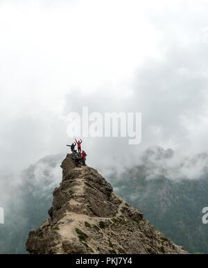 Groupe de jeunes étudiants universitaires, hommes et femmes au sommet d'une crête de montagne marquée dans les Dolomites de l'Alta Badia en Italie Banque D'Images