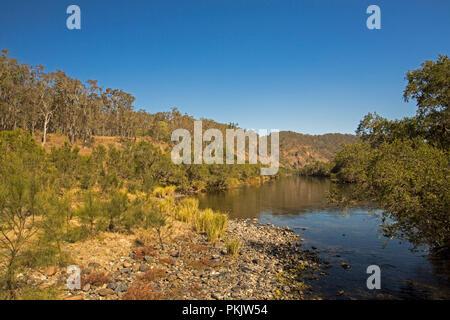 Calme les eaux bleues de la rivière Clarence par tranchage de paysage de collines boisées sous ciel bleu dans le NSW Australie Banque D'Images
