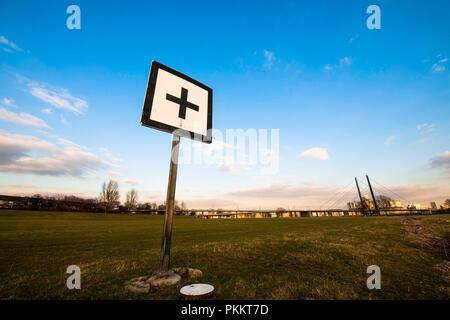 Un signe pour la navigation dans l'expédition au bord du Rhin. Banque D'Images