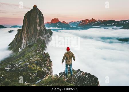 Meilleur homme sur falaise seul bénéficiant d'une aventure en montagne Segla coucher du soleil en Norvège randonnées vacances actives vie voyage Banque D'Images