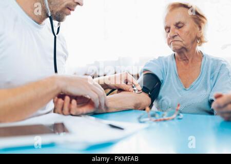 Senior woman durant un examen médical avec son médecin généraliste Banque D'Images