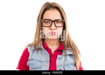 Jeune femme grincheuse dans les verres à la malheureuse et de souffler les joues en désaccord isolé sur fond blanc Banque D'Images
