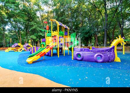 Aire de jeux colorée sur chantier dans le parc. Banque D'Images