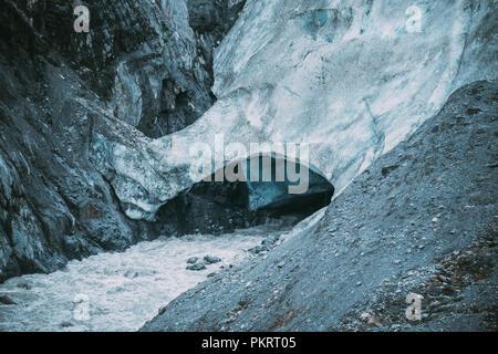 Vue rapprochée d'une caverne dans la caverne de glace à la sortie Glacier dans Kenai Fjords National Park Banque D'Images