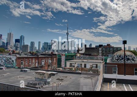 Vue panoramique du centre-ville de Toronto avec des gratte-ciel et la Tour du CN à l'arrière-plan.