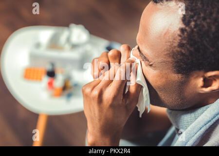 Homme malade avoir d'écoulement nasal Banque D'Images