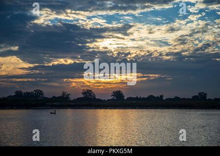Au cours de l'aube des berges sereines de l'Irrawaddy en Birmanie Banque D'Images