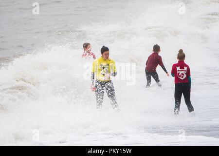 Aberystwyth, Pays de Galles, Royaume-Uni. 16 septembre 2018 UK Weather: les jeunes membres de la life saving club local train encore dans les vagues exubérantes à l'état humide et venteux Septembre dimanche après-midi. L'ouest de la France se prépare donc pour l'impact de la tempête Hélène, qui est prévu de faire la grève du jour au lendemain, le lundi, avec des vents soufflant jusqu'à 70 mi/h dans les zones exposées, , avec le risque de danger à la vie à partir de la projection de débris Photo © Keith Morris / / Alamy Live News Banque D'Images