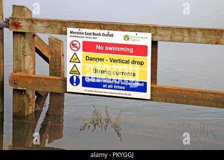 Un panneau d'avertissement par le chemin de la côte de Norfolk par les marais salés à Morston, Norfolk, Angleterre, Royaume-Uni, Europe. Banque D'Images