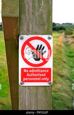 Un accès interdit au personnel autorisé signe par le chemin de la côte de Norfolk à Morston, Norfolk, Angleterre, Royaume-Uni, Europe. Banque D'Images