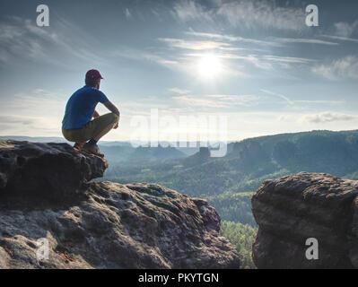 À l'observation des randonneur horizon. Beau moment le miracle de la nature. Brouillard coloré dans la vallée. Homme randonnée. Banque D'Images