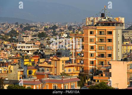 Vue sur la zone résidentielle à forte densité de population Lazimpat, Katmandou, Népal Banque D'Images