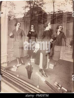 314b3f2f76e Boutique de mode femme mesdames fenêtre store mannquins à la mode ...