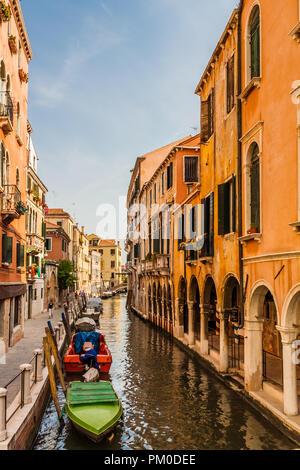 Canal étroit avec une passerelle piétonnière au-dessus, Venise, Italie. Banque D'Images