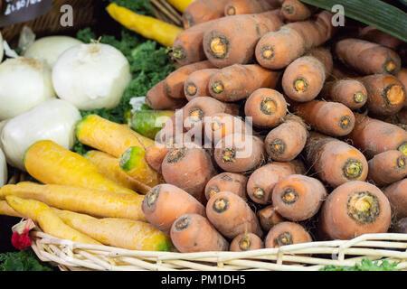 Sol couvert de carottes dans un panier en osier sur la vente au Borough Market, Southwark, London UK