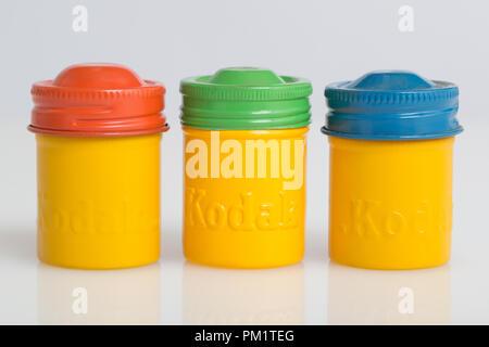Années 1950, Kodachrome Kodak Tri-X, et l'Ektachrome boîtes jaune codé par les couleurs rouge, vert et bleu les couvercles à vis. Banque D'Images