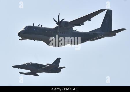 L'aéronef de transport tactique CASA C-295M, au-dessus, et l'Aero L-159 ALCA (Advanced Light) avions de combat de l'OTAN ouverte Jours et jours de l'Armée de l'air tchèque à Mosnov airport, Ostrava, République tchèque, le 15 septembre 2018. (Photo/CTK Jaroslav Ozana) Banque D'Images