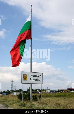 """13 septembre 2018, la Bulgarie, l'Plowdiw: 13.09.2018, Bulgarie, Plovdiv: un grand drapeau de la Bulgarie est joint à l'entrée du signe de Plovdiv. Plovdiv sera capitale européenne de la Culture en 2019 sous la devise """"Ensemble"""". Photo: Jens Kalaene Zentralbild-/dpa/ZB Banque D'Images"""