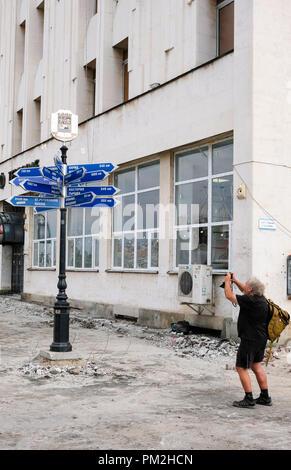 Plowdiw, la Bulgarie. Sep 12, 2018. 12.09.2018, Bulgarie, Plovdiv: un panneau à diverses villes jumelées, telles que Leipzig, est photographié par un touriste. Le panneau est situé sur le boulevard à côté de la poste dans le centre-ville, qui est actuellement en cours de rénovation. En 2019, la ville sera capitale européenne de la Culture. Credit: Jens Kalaene Zentralbild-/dpa/ZB/dpa/Alamy Live News Banque D'Images