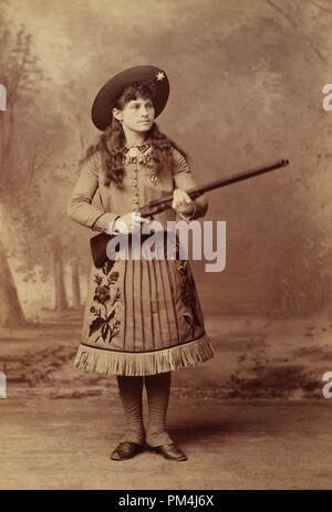 Annie Oakley avec fusil, vers 1888 Référence de fichier # 1003 573THA
