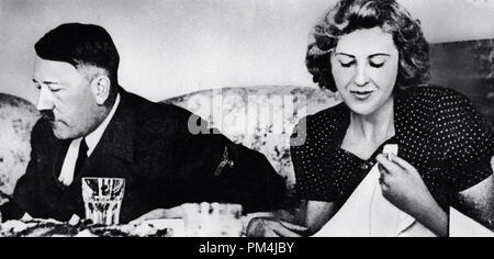 Adolf Hitler et sa maîtresse Eva Braun dîner dans une maison privée encore du film par la sœur de Braun Gretl Fegelein, vers 1942 Référence # 1003 660THA