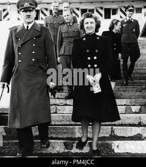 Adolf Hitler et sa maîtresse Eva Braun, vers 1942 Référence # 1003 663THA