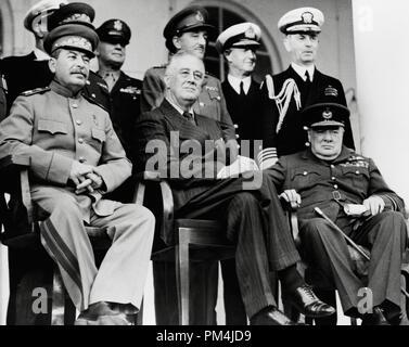 Rangée avant: Le Maréchal Joseph Staline, le président Franklin D. Roosevelt, le premier ministre Winston Churchill sur le portique de l'ambassade de Russie. Rangée arrière: Général H.H. Arnold, chef de la Force aérienne de l'armée américaine, le général Alan Brooke, chef de l'état-major impérial, l'amiral Cunningham, premier seigneur de la mer; l'amiral William Leahy, Chef de cabinet du Président Roosevelt, au cours de la Conférence de Téhéran, Téhéran, Iran, décembre, 1943 Référence du dossier # 1003_677THA Banque D'Images