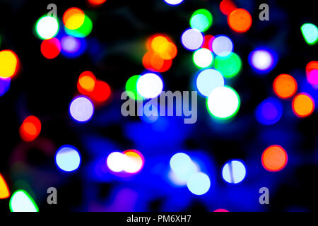 Arrière-plan flou avec des lumières bokeh sur fond bleu et violet foncé/seau en bois Banque D'Images
