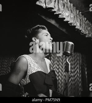 Portrait de Billie Holiday, Downbeat, New York, N.Y., vers juin 1946 Numéro de référence de dossier 30928_676THA Photo par: William P. Gottlieb Banque D'Images