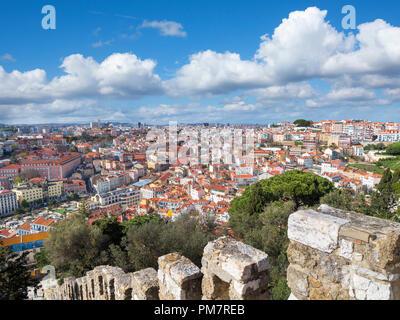 Vue sur le quartier de Baixa des murs de la ville historique de Castelo de Sao Jorge, Lisbonne, Portugal Banque D'Images