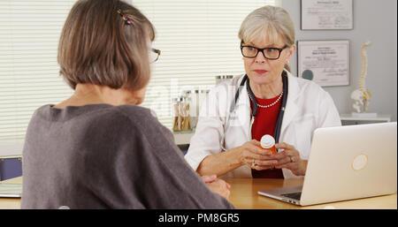 Médecin-patient principal médicament de prescription donnant Banque D'Images