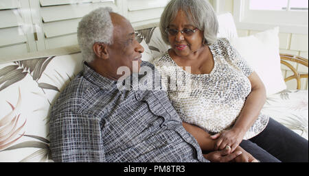 La retraite heureuse black couple sitting on a couch Banque D'Images