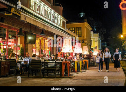 Plovdiv, Bulgarie. 13 Sep, 2018. 14.09.2018, Bulgarie, Plovdiv: Le restaurant Hemingway Stefan Stambolov le square dans la soirée. C'est la plus ancienne ville habitée en permanence dans l'Europe et l'une des plus anciennes dans le monde. En 2019, la ville est la capitale européenne de la Culture. Credit: Jens Kalaene Zentralbild-/dpa/ZB | worldwide/dpa/Alamy Live News Banque D'Images
