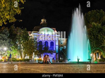Plovdiv, Bulgarie. 13 Sep, 2018. 13.09.2018, Bulgarie, Plovdiv: l'hôtel de ville illuminée le soir avec fontaine sur la place de Stefan Stambolov. C'est la plus ancienne ville habitée en permanence dans l'Europe et l'une des plus anciennes dans le monde. En 2019, la ville est la capitale européenne de la Culture. Credit: Jens Kalaene Zentralbild-/dpa/ZB | worldwide/dpa/Alamy Live News Banque D'Images