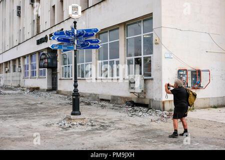 Plovdiv, Bulgarie. Sep 12, 2018. 12.09.2018, Bulgarie, Plovdiv: un guide pour diverses villes partenaires, telles que Leipzig, est photographié par un touriste. La balise se trouve sur le boulevard près du bureau de poste dans le centre-ville, qui est actuellement en cours de rénovation. En 2019, la ville est la capitale européenne de la Culture. Credit: Jens Kalaene Zentralbild-/dpa/ZB | worldwide/dpa/Alamy Live News Banque D'Images