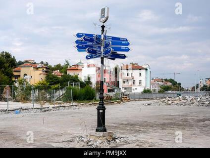 Plovdiv, Bulgarie. Sep 12, 2018. 12.09.2018, Bulgarie, Plovdiv: un panneau à différentes villes partenaires, telles que Leipzig. La balise se trouve sur le boulevard dans le centre-ville, qui est actuellement en cours de rénovation. En 2019, la ville est la capitale européenne de la Culture. Credit: Jens Kalaene Zentralbild-/dpa/ZB | worldwide/dpa/Alamy Live News Banque D'Images